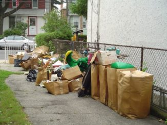 Почистване на апартамент от вещи багаж и боклуци.